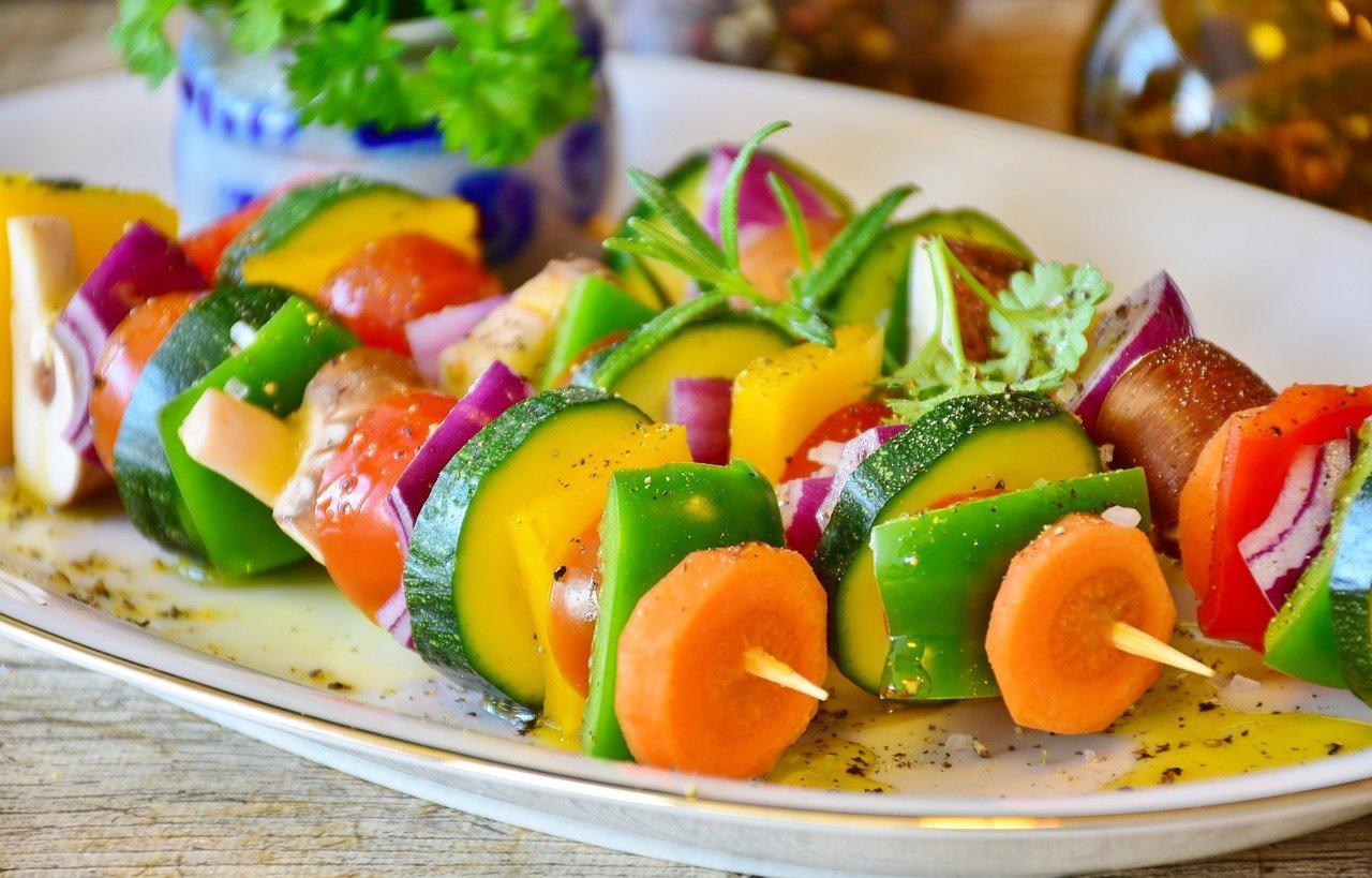 Comment préparer des Brochettes végétariennes de légumes marinés ?